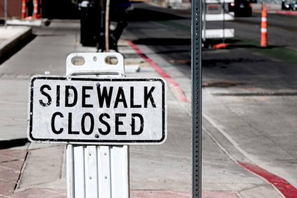 閉鎖中を表示する歩道の標識